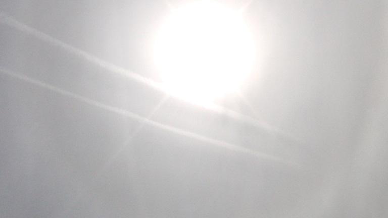 """Zwei """"frische Streifen"""" direkt vor der Sonne über Schwalmtal in Hessen am 13.4.2015"""