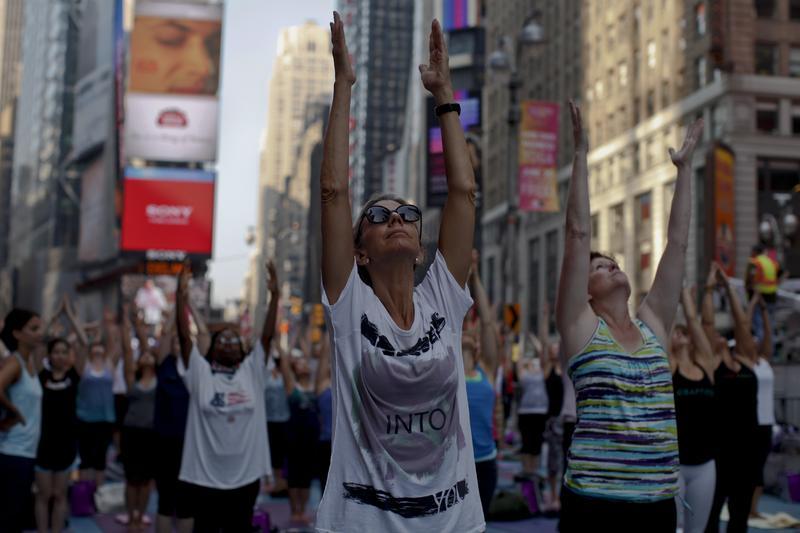 Sonnengruß zur Sommersonnenwende auf dem Times Square in New York: Alte spirituelle Lehren, wie etwa Yoga, sind in der westlichen Welt weit verbreitet. Aber auf dem Weg in die Moderne gingen viele spirituellen Elemente und Ideen verloren. Quelle: Corbis (idw)