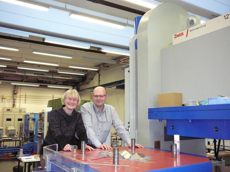 Prof. Dr. Nataolia Dubrovinskaia und Prof. Dr. Leonid Dubrovinsky im Hochdrucklabor des Bayerischen Quelle: Foto: Bayerisches Geoinstitut (BGI); zur Veröffentlichung frei. (idw)