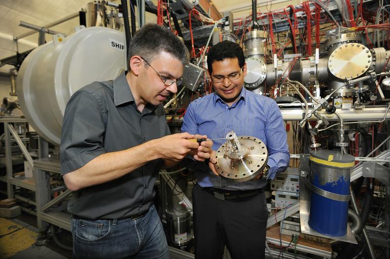 Enrique Minaya Ramirez (r.) und Michael Block mit dem ausgebauten Ionendetektor von Shiptrap. Quelle: Foto: G.Otto / GSI (idw)