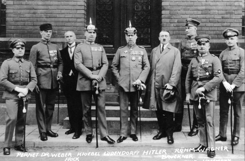 Hitler (4. Person von rechts) mit weiteren Teilnehmern des Hitler-Ludendorff-Putsches (1924)