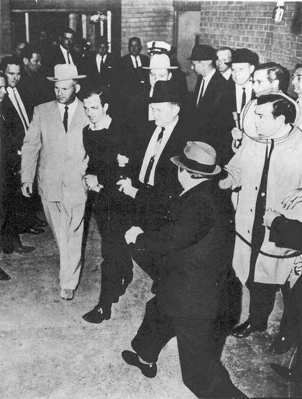 Jack Ruby erschießt Lee Harvey Oswald.