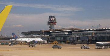 Flughafen Rom-Fiumicino: Der Flughafen mit Tower