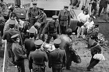 Im September 1989 drängten DDR-Flüchtlinge in die bundesdeutsche Botschaft in Prag.  Bild: ZDF Fotograf: ZDF/Josef Ptacek