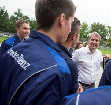 Wilfried Porth begrüßt die neuen Auszubildenden des Mercedes-Benz Werks Sindelfingen. Bild: Daimler AG