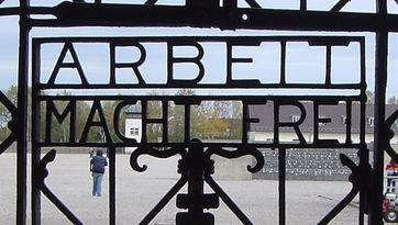 """Tor im KZ Dachau mit Inschrift """"Arbeit macht frei"""""""