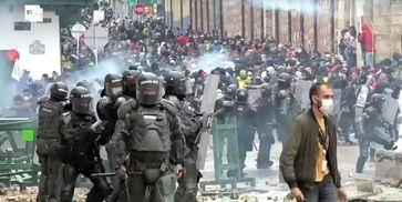 """Bild: SS Video: """" Nach heftigen Protesten und Generalstreik: Kolumbiens Regierung zieht Steuerreform zurück """" (https://youtu.be/xRPMYHdWZro) / Eigenes Werk"""