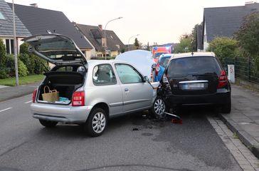 Sowohl der Micra als auch der Mercedes wurden erheblich beschädigt und mussten abgeschleppt werden. Bild: Polizei