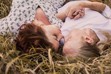 Hat sich dieses Paar zum Sex-Date im Heu verabredet? Wenn ja, war das eine gute Idee, denn wer plant, hält diese Pläne auch ein - und ist so zufriedener mit seinem Sexleben.