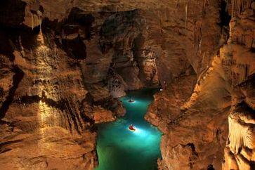 """Im Blauhöhlensystem unter der Schwäbischen Alb begleitet """"Terra Xpress"""" Höhlenforscher zu einem der größten Höhlenseen Deutschlands. Bild: """"obs/ZDF"""""""
