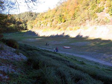 Blick vom Ufer auf die Fundamente der ehemaligen Häuser von Asel