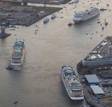 """Im letzten Jahr fand die weltweit größte Taufe eines Schiffes in Hamburg statt und zwar der ,""""AIDAmar"""".  AIDA Cruises zeigt 2013 nach wie vor am Standort Hamburg die größte Präsenz aller Reedereien. Gleich sechs AIDA-Schiffe (,""""AIDAsol"""", ,""""AIDAbella"""", ,""""AIDAcara"""", ,""""AIDAluna"""", ,""""AIDAmar"""" und ,""""AIDAstella"""") nehmen 73-mal Kurs auf Hamburg. Bild: """"obs/Hamburg Cruise Center e.V."""""""