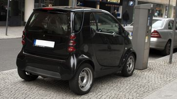 Falschparkender Smart Fortwo in Berlin-Mitte