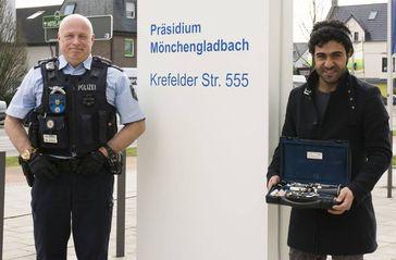 Polizeihauptkommissar Heiko Lammertz übergibt die Klarinette an Kisra Said Hassan. Bild: Polizei