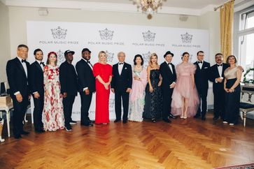 "Von links nach rechts: Frank Briegmann, CEO & President Universal Music Central Europe and Deutsche Grammophon; Prince Carl-Philip; Princess Sofia; Grandmaster Flash; DJ Maseo; Whitney Kroenke, The Playing for Change Foundation; King Carl XVI Gustaf of Sweden; Queen Silvia of Sweden; Anne-Sophie Mutter; Mark Johnson, The Playing for Change Foundation; Crown Princess Victoria; Prince Daniel; Ahmad and Mary Sarmast, Founder and Director of the Afghanistan National Institute of Music. Bild: ""obs/Universal Music Entertainment GmbH/Annika Berglund/Polar Music Priz"""