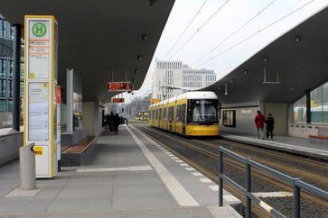 Niederflur-Straßenbahnwagen Flexity Berlin am Hauptbahnhof