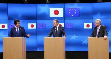 Der japanische Premierminister Shinzō Abe, EU-Ratspräsident Donald Tusk und EU-Kommissionspräsident Jean-Claude Juncker bei einer Pressekonferenz bezüglich des Freihandelsabkommens JEFTA im März 2017