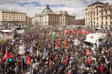 Im Vorfeld des Prozesses fand im April 2013 in München eine Demonstration gegen Rechtsextremismus und als Zeichen der Solidarität mit den Angehörigen der NSU-Opfer statt (hier auf dem Stachus).