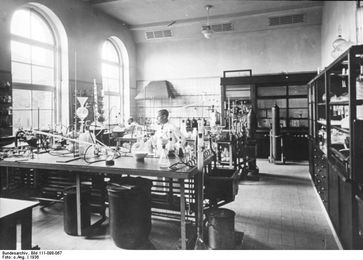 Hauptlaboratorium des Pharmakonzerns Merck KGaA (in Nordamerika EMD) (1936), Archivbild