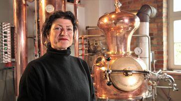 Ihr Gin trägt ihren Namen: Iris Krader ist eine der wenigen Brennerinnen im Schwarzwald.  Bild: ZDF Fotograf: ZDF/Ralph Zeilinger