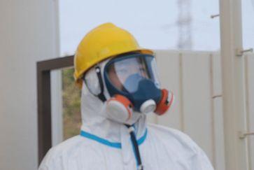 Fukushima: Mitarbeiter am Kraftwerkseingang (13.April 2011)