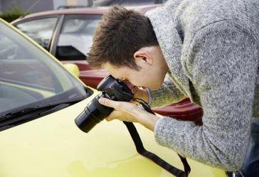 Für den Sachverständigen war die Sache klar: Im Laufe der Zeit hinterlassen Steine in der Lackschicht eines Autos nun einmal deutliche Gebrauchsspuren. Foto: HUK-COBURG