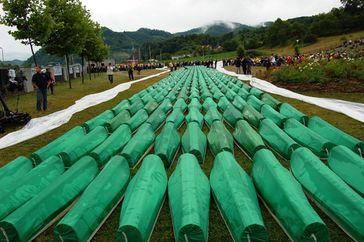 Begräbnis von 465 identifizierten Massakeropfern (2007)