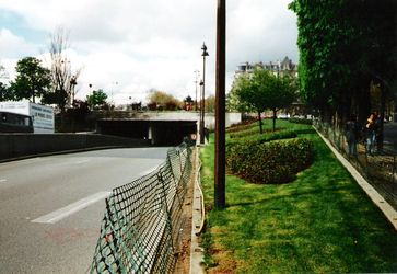 East entrance[95] to the Pont de l'Alma tunnel, where Diana, Princess of Wales had a fatal car crash
