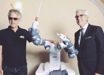 """Andrea Bocelli und Ulrich Spiesshofer gemeinsam mit dem Dirigenten des Abends: YuMi. Bild: """"obs/ABB AG"""""""