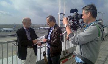 """ZDF-Reporter Halim Hosny im Interview mit einem Flughafenexperten. Bild: """"obs/ZDF"""""""