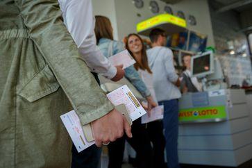 """Der Doppeljackpot von 90 und 27 Millionen Euro führte zu einer regen Nachfrage in den Lotto-Annahmestellen und im Internet. Bild: """"obs/Eurojackpot/Jean-Marie Tronquet"""""""