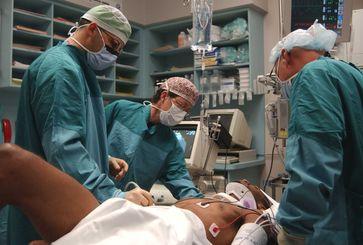 Ärzte bei der Behandlung eines Trauma-Patienten