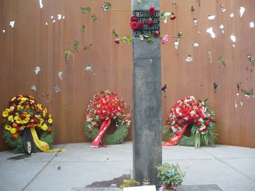 Neues Denkmal am Ort des Anschlags, eingeweiht im September 2008