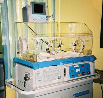Ein Säuglingsinkubator (Brutkasten)