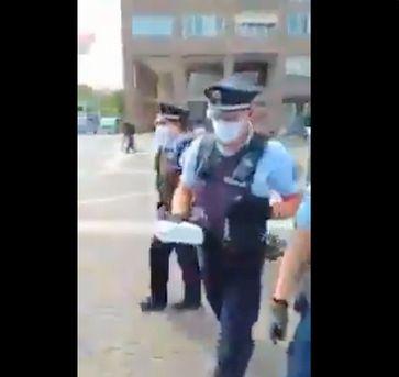 Unfassbar: Polizei verhindert Grundgesetzverteilung durch Beschlagnahme