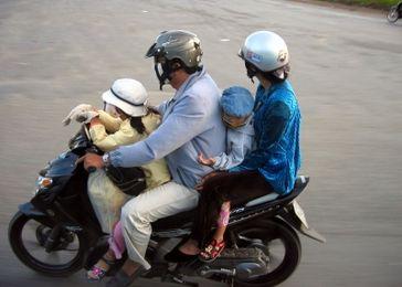 Familie mit 2 Kindern (Symbolbild)