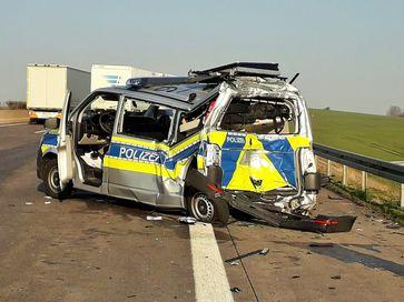 Auffahrunfall auf der A 4 , bei dem ein Kollege der Autobahnpolizei schwer verletzt wurde Bild: Polizei