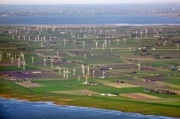 Klimaschutz & Windkraftanlagen (Symbolbild & Keine Fotomontage)