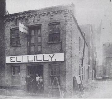 Die erste Produktionsstätte von Eli Lilly im Jahre 1876 an der 15 West Pearl Street in Indianapolis. In der Mitte steht Eli Lilly, rechts davon sein Sohn und links sein anderer Mitarbeiter. (Symbolbild)