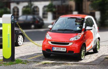 heutiges Elektroauto beim Aufladen