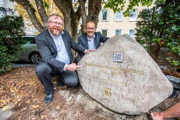 """Zum Abschluss der Kampagne enthüllten Achim Held (l.), der vor 25 Jahren die Satire zur """"Bielefeld-Verschwörung"""" im Internet veröffentlichte, und Martin Knabenreich (Bielefeld Marketing) einen Gedenkstein, der an das """"Ende der Verschwörung"""" erinnert."""