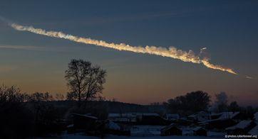Rauchspur des Meteors von Jekaterinburg aus,[1] etwa 200 km von Tscheljabinsk entfernt