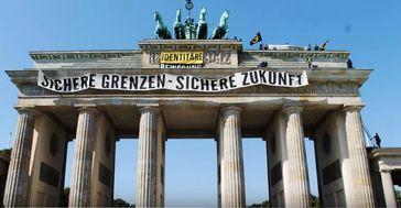 "Bild: Screenshot Youtube Video """"Identitäre besetzen Brandenburger Tor"" Aktionsvideo Identitäre Bewegung"""