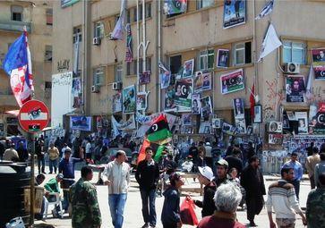 Der Gerichtsplatz in Bengasi diente als zentraler Versammlungs- und Kundgebungsort. Die Wände sind mit Fotos Gefallener behängt, an denen ständig Trauernde vorbeiziehen – April 2011.
