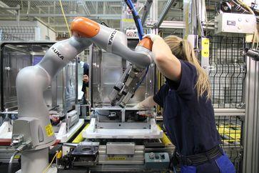 """Deutschland ist in der Europäischen Union mit rund 221.500 Industrie-Robotern die am stärksten automatisierte Volkswirtschaft - der Bestand stieg um 3 % (2019). Bild: """"obs/The International Federation of Robotics/KUKA"""""""