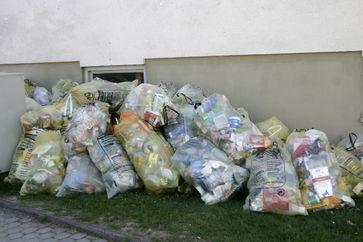 Gelbe Säcke mit Kunststoffabfällen