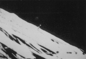 Eine Lunar Orbiter-Aufnahme der sechziger Jahre präsentiert im Sinus Medii ein über 2.000 Meter hohes Objekt auf der Mondoberfläche.