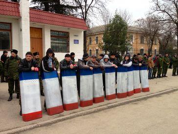 Selbstverteidigungsgruppe mit Schutzschilden in den Farben der Autonomen Republik Krim