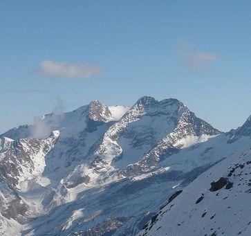 Fletschhorn (links) und Lagginhorn (in Bildmitte), der Westgrat verläuft vom Gipfel des Lagginhorns nach links unten.