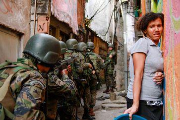Armenviertel in Brasilien: Für Kinder und Jugendliche gehören Militärpräsenz und Gewalt zum Alltag Bild: terre des hommes Deutschland e. V. Fotograf: Bruno Itan